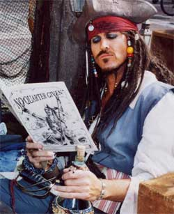 Jack Sparrow en train de lire les citations de www.pirates-corsaires.com :))